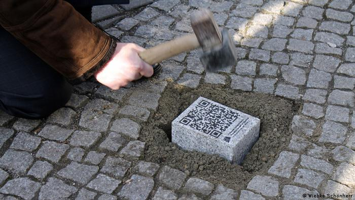 Laying a new QR-Code stone in the memorial, Copyright: Wiebke Schönherr