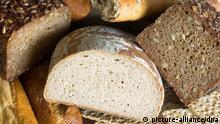 ARCHIV - Verschiedene Brotsorten, wie Mischbrot, Roggen-Vollkornbrot, Baguette und Knäckebrot, aufgenommen am 27.08.20007. Am 18.02.2014 findet in Berlin eine Pressekonferenz der Lebensmittelwirtschaft zum Thema «Deutsches Brot soll Weltkulturerbe werden» statt. Foto: Hans Wiedl/dpa +++(c) dpa - Bildfunk+++
