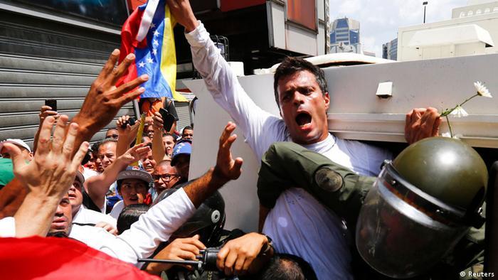 El dirigente opositor Leopoldo López, tras entregarse a las autoridades.