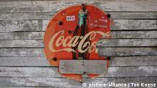 Ein altes beschädigtes Coca-Cola-Werbeschild