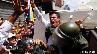 El dirigente político venezolano Leopoldo López al momento de entregarse a las autoridades el 18 de febrero.