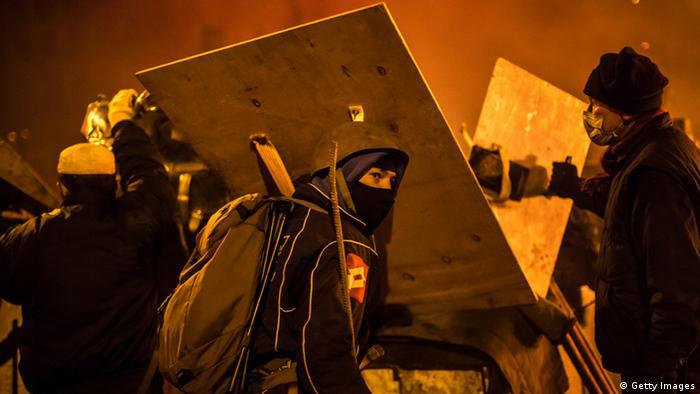 Aktivisten versuchen, auf dem Maidan neue Barrikaden zu errichten