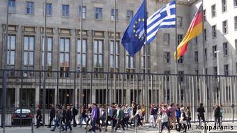 Bundesfinanzministerium Berlin mit griechischer Flagge Archiv 2011