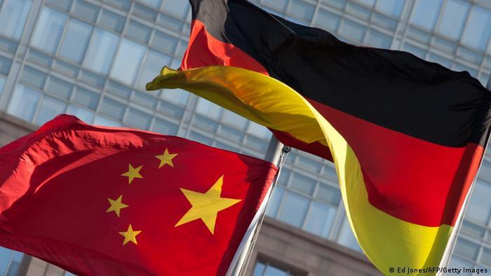 Symbolbild Deutschland China Flaggen