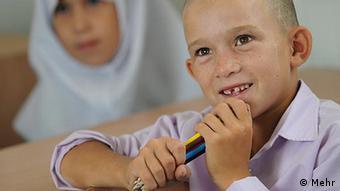 اصل ۱۵ قانون اساسی جمهوری اسلامی امکان آموزش زبان مادری در مدارس محلی را تضمین کرده است