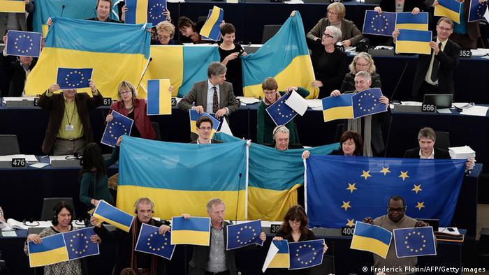депутаты Европарламента с флагами ЕС и Украины