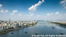 NUR FÜR SPANISCHE REDAKTION VERWENDUNG! UND NUR EINMAL, IN FOTOGALERIE. Pjöngjang: Aussicht aus Hotel Yanggakdo. Der Photograph Aram Pan, aus Singapore, reiste nach Nordkorea um Bildern zu machen, danke sein Project DPRK 360. HINWEIS: NUR FÜR SPANISCHE REDAKTION VERWENDUNG! UND NUR EINMAL, IN FOTOGALERIE. Bitte Copyright aufs Bild, wie folgt: © Aram Pan, All Rights Reserved Bitte Copyright aufs Bild, wie folgt: © Aram Pan, All Rights Reserved
