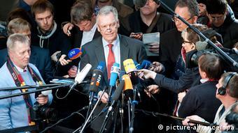Der Präsident des Bundeskriminalamts (M, BKA), Jörg Ziercke, umringt von Journalisten - Foto: Maurizio Gambarini (dpa)