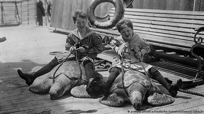 Kinder reiten auf Schildkröten auf dem Deck des Hochseepassagierdampfers Moltke (Foto: Deutsche Fotothek / Oswald Lübeck)