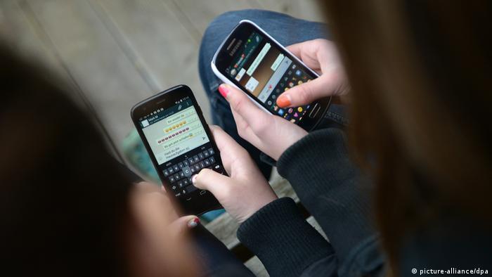Jugendliche mit Smartphone - Symbolbild