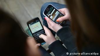 Jugendliche mit Smartphone Symbolbild