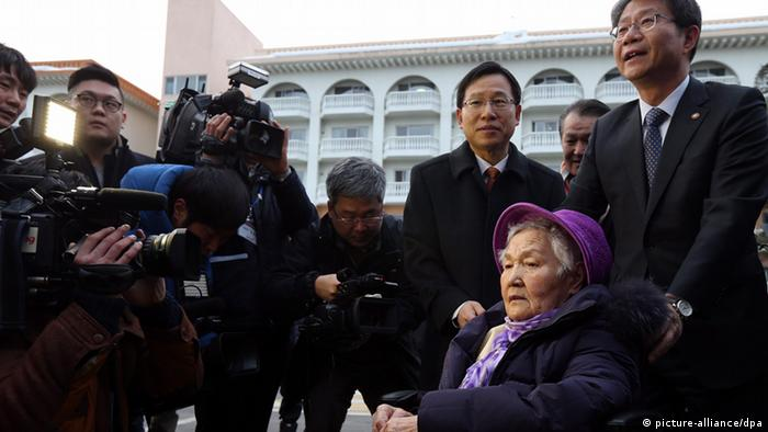 South Korean Unification Minister Ryoo Kihl-jae pushing 91-year-old Choi Jeong-ho's wheelchair