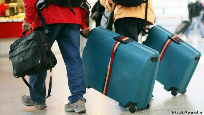 Люди с чемоданами покидают страну