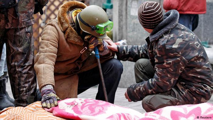 Протестувальники біля тіл загиблих на Майдані Незалежності 20 лютого 2014 року