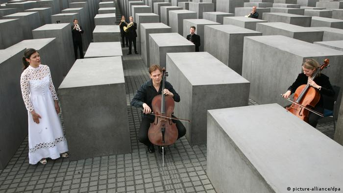 Members of the Berlin Chamber Orchestra pose for a press photo ahead of the 2008 premiere performance of Vor dem Verstummen, Copyright: AP