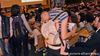 Studentin Kind Baby Rückentrage Hörsaal studieren mit Kind