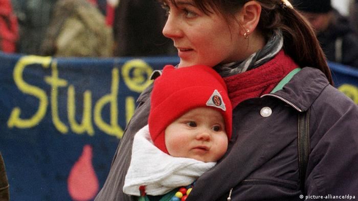 Studentin Kind Baby Rückentrage Hörsaal studieren mit Kind (picture-alliance/dpa)