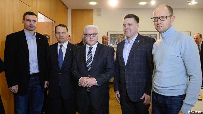Bundesaußenminister Steinmeier und sein polnischer Kollege Sikorski (2. v. l.) mit den den ukrainischen Oppositionspolitikern Klitschko, Tjagnibok und Jazenjuk