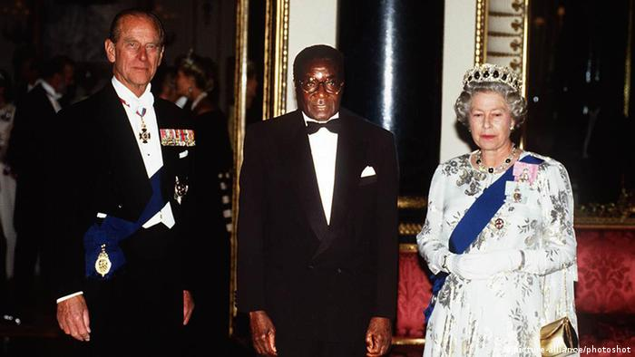 Robert Mugabe und Queen Elizabeth Ritterschlag 1994 (picture-alliance/photoshot)