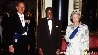 Robert Mugabe und Queen Elizabeth Ritterschlag 1994