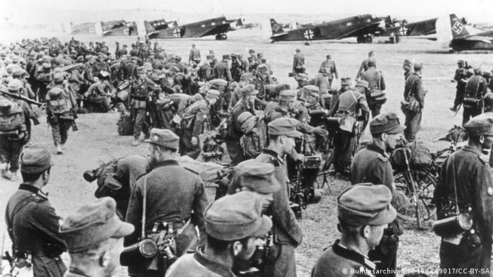 Nazi troops stand before getting ready to invade Crete (G183-L19017/CC-BY-SA)
