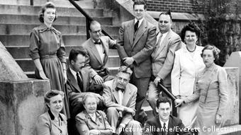 آلفرد کینزی، بهعنوان رئیس موسسه پژوهشهای جنسی دانشگاه ایندیانا در آمریکا در میان گروه محققان موسسه در سال ۱۹۵۳