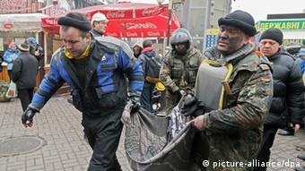 Демонстранти виносять вбитого пострілом снайпера. 20 лютого, Майдан Незалежності