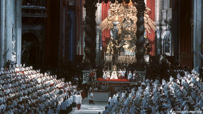 Priests sitting in St. Peter's Basilica during the Second Vatican Council (Foto: Gerhard Rauchwetter/dpa)