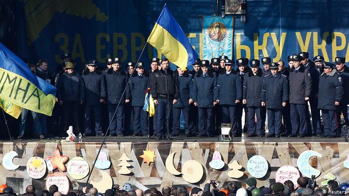 Перешедшие на сторону оппозиции украинские милиционеры на Майдане