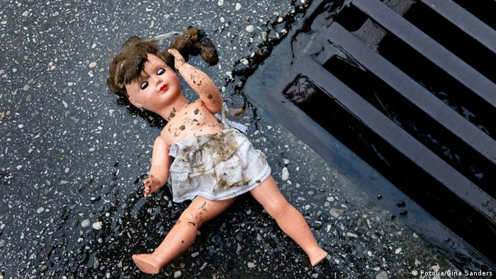 A doll lying in the gutter (Photo: Fotolia/Gina Sanders)