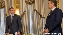 Der ukrainische Staatspräsident Viktor Janukowitsch (r) und Oppositionsführer Vitali Klitschko stehen am 21.02.2014 an ein Tisch im Präsidentenpalast in Kiew, auf dem Unterschriftenmappen bereit liegen. Janukowitsch und Oppositionsführer haben in Kiew eine vorläufige Vereinbarung zur Lösung der innenpolitischen Krise unterzeichnet. Eine EU-Delegation um Steinmeier sowie der russischen Vermittler Wladimir Lukin hatten die ganze Nacht hindurch in Kiew mit Janukowitsch und Oppositionsführern verhandelt. Lukin unterzeichnete die Vereinbarung allerdings nicht - im Gegensatz zu Steinmeier und Sikorski. Foto: Tim Brakemeier/dpa