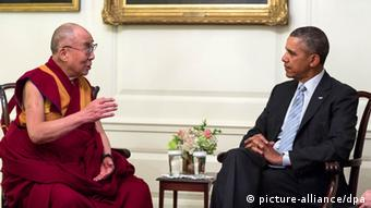 Separated by a coffe table, the Dalai Lama talks informally with President Obama int he Map Room at the White House in 2014.