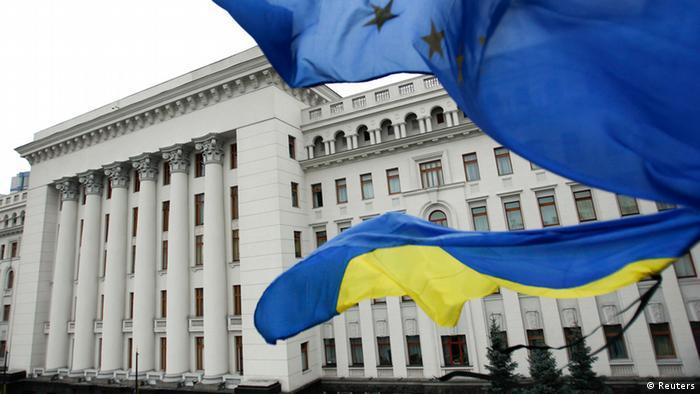 Флаги ЕС и Украины на фоне здания Рады