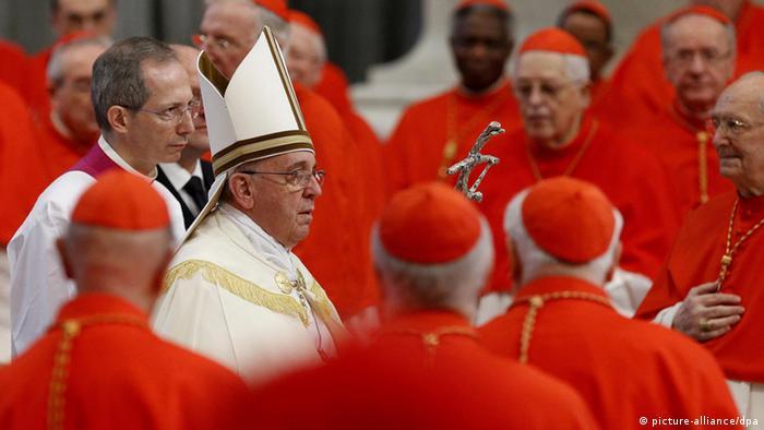 Papst Franziskus und Kardinäle