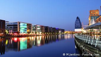 Panorama Aufnahme des Duisburger Innenhafens am Abend