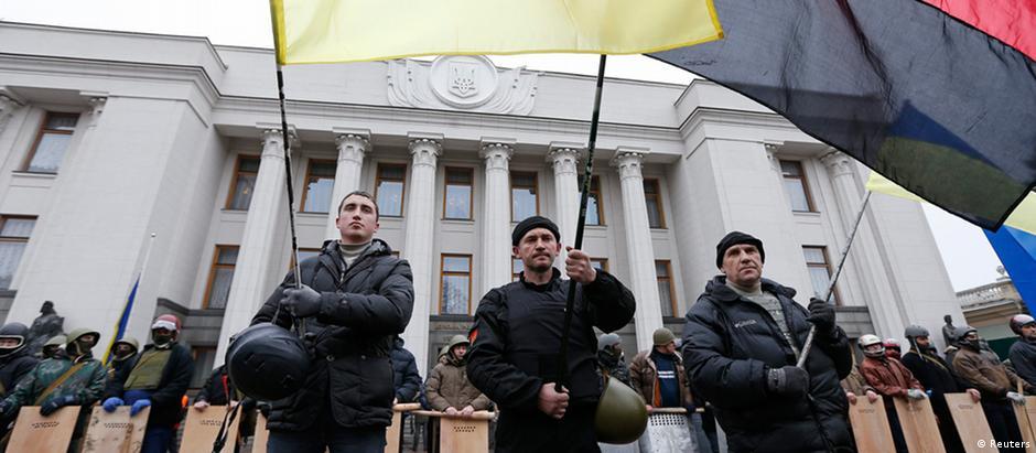Oposicionistas guardam Parlamento de Kiev em fevereiro de 2014