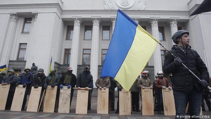 Oppositionelle schützen das Parlament in Kiew (Foto: ITAR-TASS)