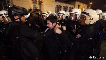 Zusammenstöße bei Protesten gegen Internet Gesetz in Istanbul