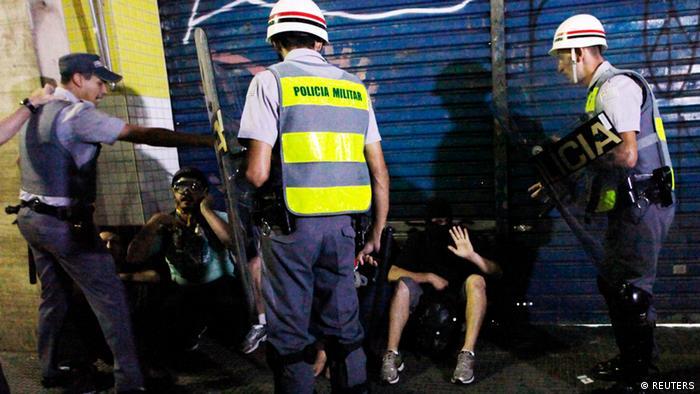 Policiais reprimem manifestantes durante protesto em São Paulo