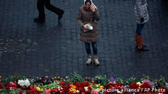 На місце загибелі демонстрантів щодня приходять сотні людей з квітами