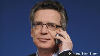 Bundesinnenminister Thomas de Maizière telefoniert mit einem Mobiltelefon - Foto: Sven Simon (Imago)