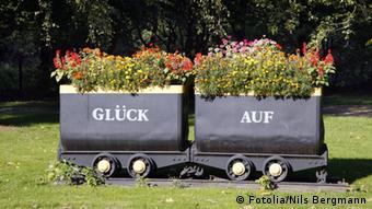 Blumenkasten in Form eines Grubenwagens mit der Aufschrift Glück Auf