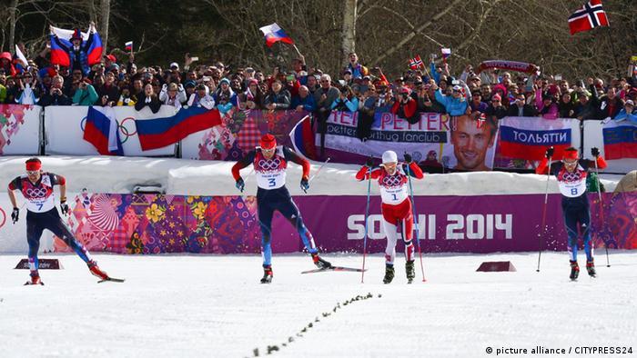 Участники лыжной гонки на Олимпиаде в Сочи россияне Максим Вылегжанин, Александр Легков, Илья Черноусов и норвежец Мартин Сундбю (фото из архива)