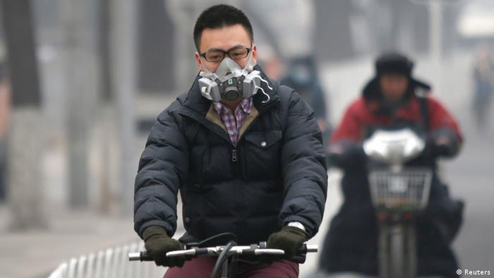 A man wearing a mask rides a bicycle in Beijing (Photo: REUTERS/Kim Kyung-Hoon)