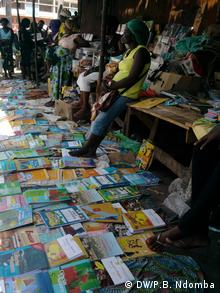 Markt in Luanda Angola Schulbücher