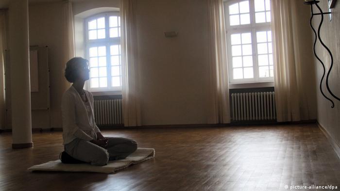 Gläubige Meditationsraum 2011 (picture-alliance/dpa)