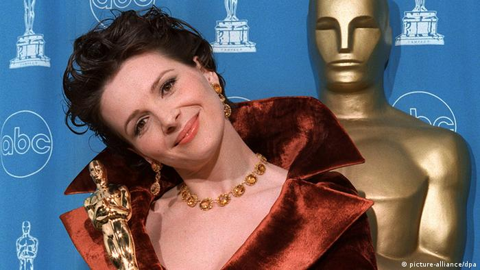 woman smiling with Oscar statue in hand (picture-alliance/dpa)