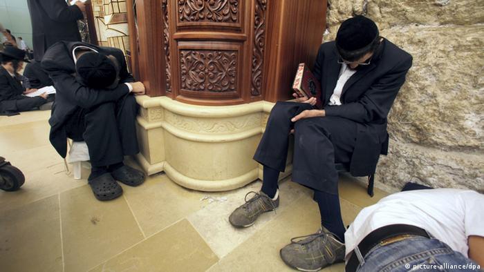 Orthodoxe Juden am Fastentag Tisha B'Av - Foto: EPA/JIM HOLLANDER