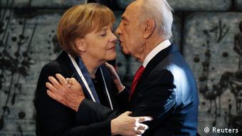 Innige Freundschaft: Merkel und Israels Präsident Peres (Foto: REUTERS/Finbarr O'Reilly )