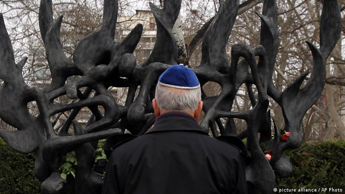 A Jewish man stands in front of a Holocaust memorial in Thessaloniki (picture alliance / AP Photo)